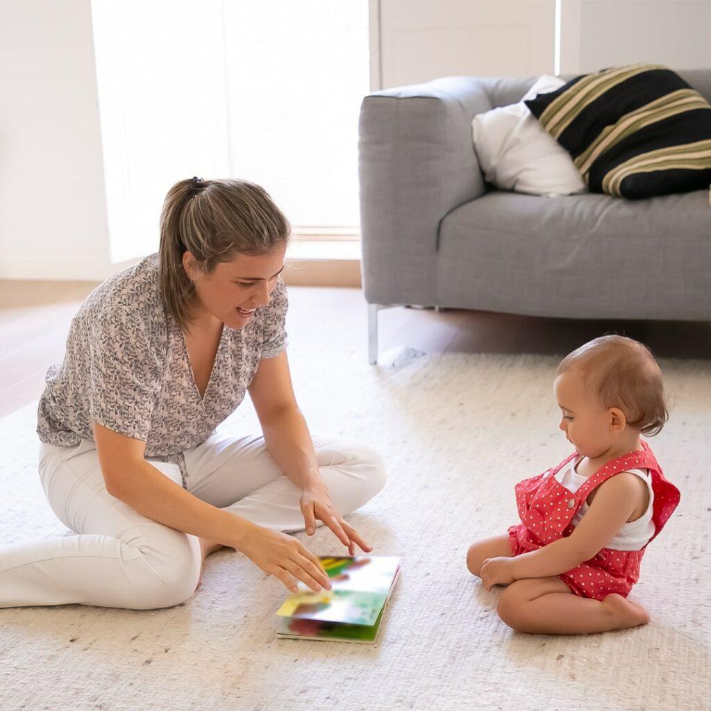 Mamica, ki se igra z otrokom