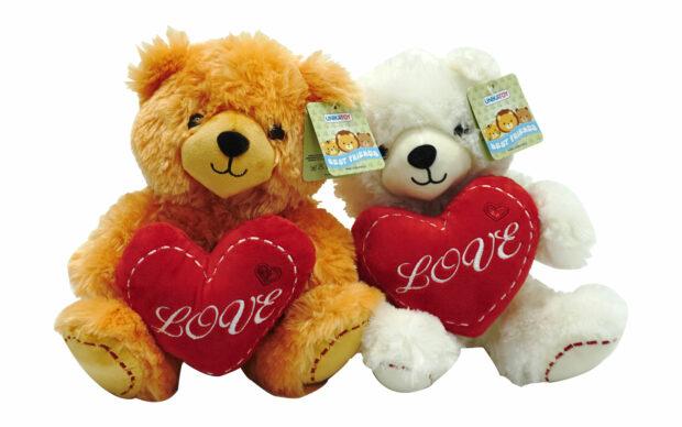 Sedeči medvedek s srčkom, 26 cm
