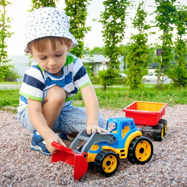 Otrok se igra v peskovniku
